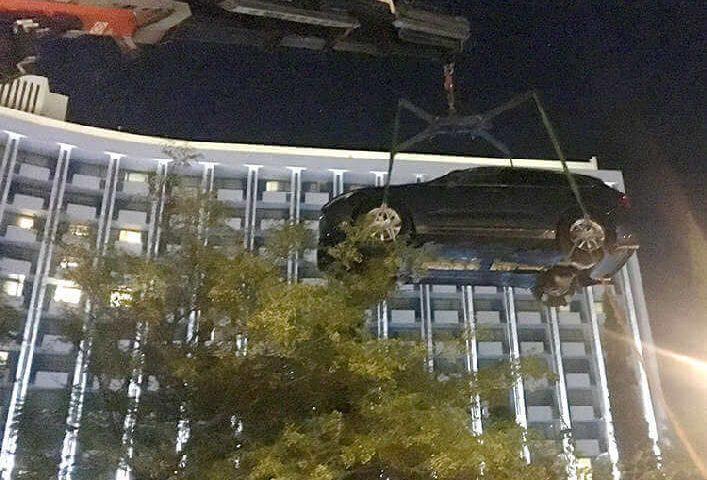 ανέλκυση αυτοκινήτου για έκθεση με εξωτερικό μηχανισμό δεσίματος