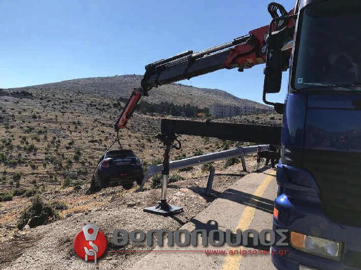 η ανέλκυση οχήματος από γκρεμό έγινε με ειδικό δέσιμο για προστασία του αυτοκινήτου από χτυπήματα