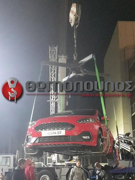 ανύψωση - τοποθέτηση εκθεσιακών αυτοκινήτων, γερανομεταφορές Νίκος Θωμόπουλος fiesta